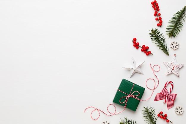 Composição de natal. decorações de madeira, estrelas em fundo branco.