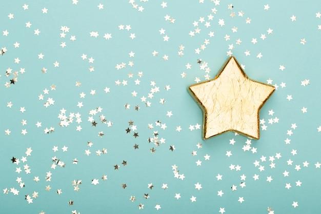 Composição de natal. decorações de natal douradas e brilhantes na cor de fundo. camada plana, vista superior, espaço de cópia - imagem