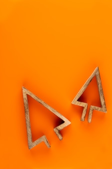 Composição de natal. decorações de natal em fundo laranja. camada plana, vista superior, espaço de cópia.