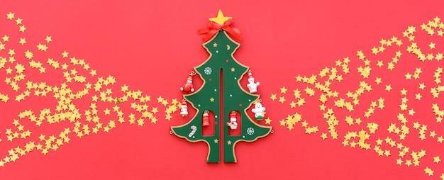 Composição de natal. decorações de natal vermelhas, galhos de árvores de abeto em fundo vermelho