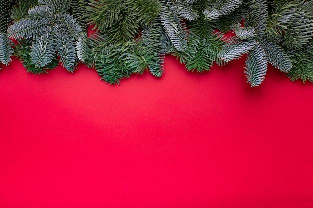 Composição de natal. decorações de natal vermelho, galhos de árvore do abeto com solavancos