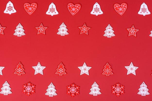 Composição de natal. elementos de decoração em vermelho e branco que são usados para decorar a árvore de natal