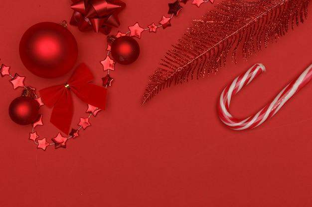 Composição de natal. elementos vermelhos da decoração de natal em um fundo vermelho.