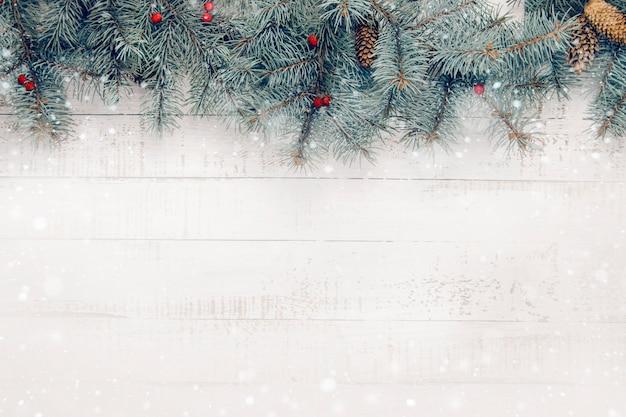 Composição de natal em um fundo branco de madeira. copie o espaço
