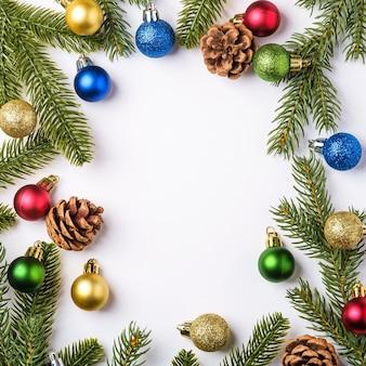 Composição de natal enfeite de bola colorida pinhas e decorações de agulhas de abeto