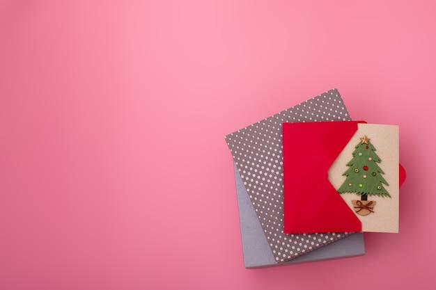 Composição de natal. flatlay de presentes de natal ou caixa de presentes, vista superior