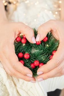 Composição de natal. fundo de inverno. guirlanda de natal. guirlanda artesanal de natal nas mãos