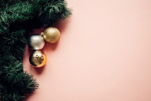 Composição de natal, galhos de árvore do abeto, bolas brilhantes em rosa pastel