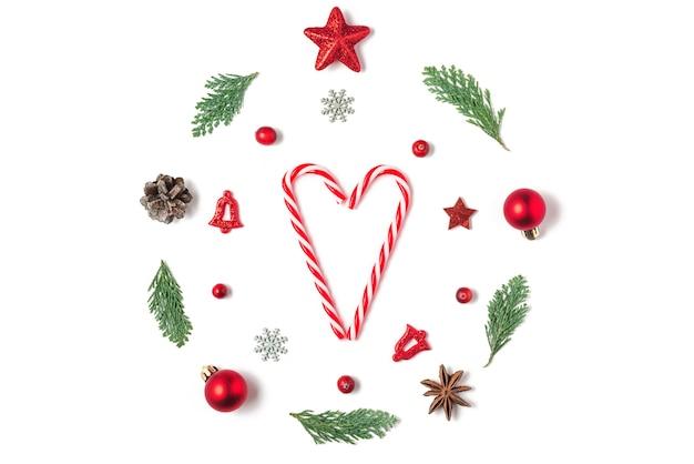 Composição de natal. guirlanda de natal feita de galhos de árvore do abeto, decorações, bagas com coração doce