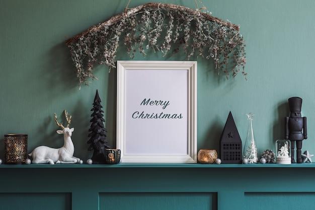 Composição de natal na prateleira no interior da sala de estar com bela decoração e moldura. árvores de natal, veados, velas, estrelas, acessórios leves e elegantes.