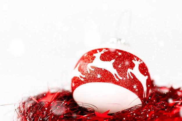 Composição de natal nas cores brancas e vermelhas