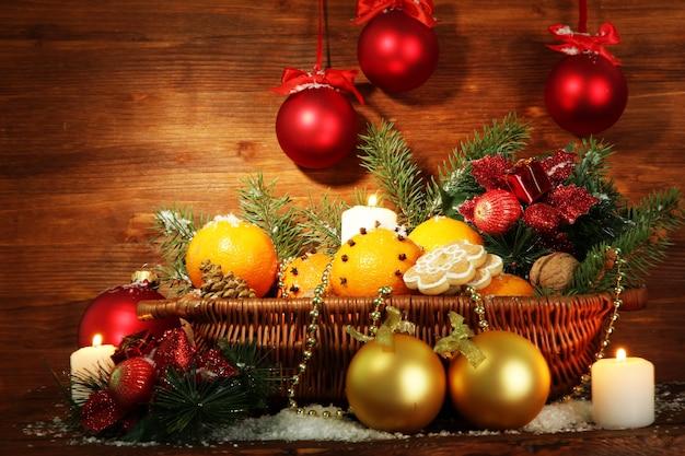 Composição de natal numa cesta com laranjas e pinheiro