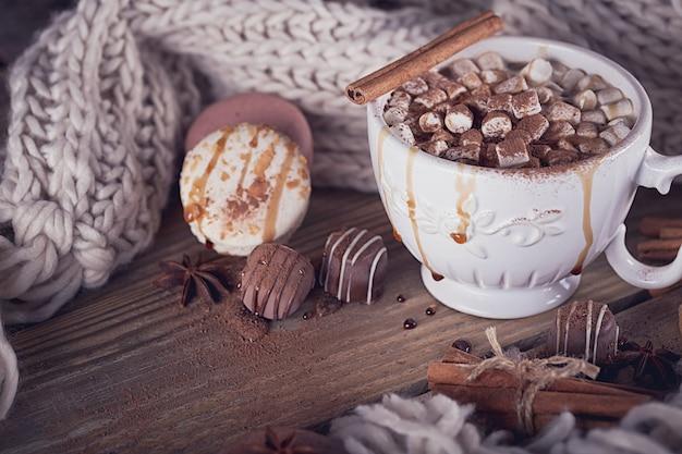 Composição de natal ou ano novo com chocolate quente ou cacau e marshmallows