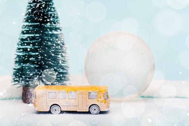 Composição de natal ou ano novo, decoração com globo de neve bola de vidro