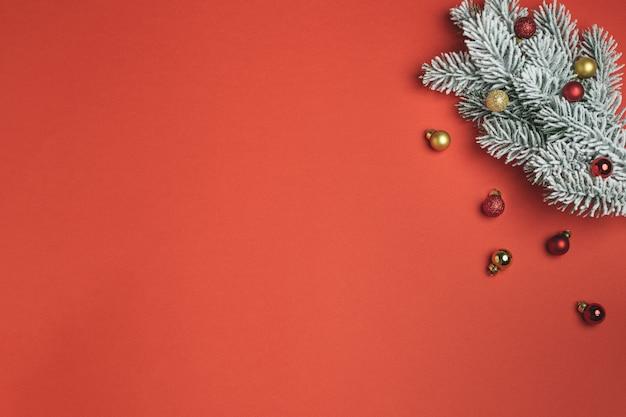Composição de natal plana leigos, pirulito, ramo de abeto e ornamentos em vermelho