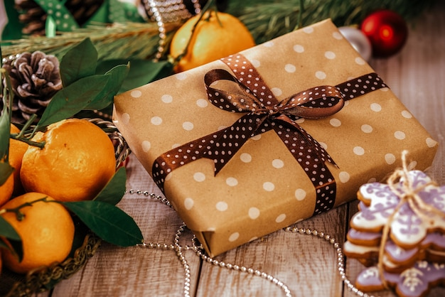 Composição de natal presente caixa e biscoito de gengibre, anis e canela na mesa de madeira.