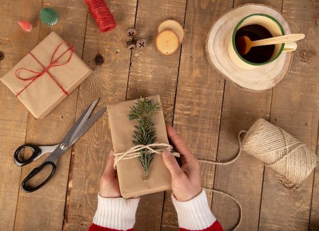 Composição de natal presente de natal, ramo de abeto, bastões de doces, tesoura, guizos e bobinas de corda colorida em branco