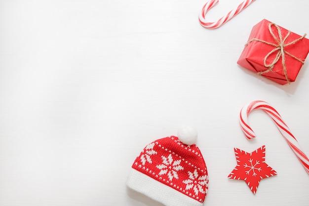 Composição de natal. presentes, cones de abeto, decorações vermelhas sobre fundo branco.