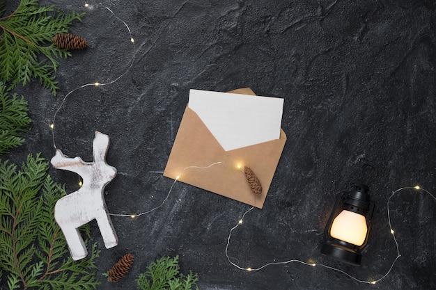 Composição de natal. presentes, envelope, galhos de árvore do abeto, decorações brancas. natal, inverno, ano novo conceito. vista plana, vista superior, cópia espaço