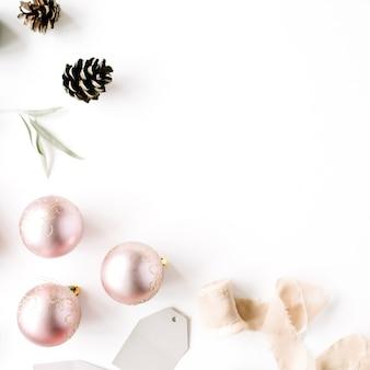 Composição de natal. ramos de abeto, pinhas, bolas de natal, fita e enfeites de natal.