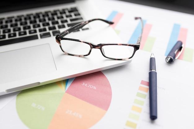 Composição de negócios de alto ângulo com gráficos coloridos