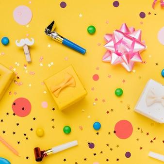 Composição de objetos de festa de aniversário