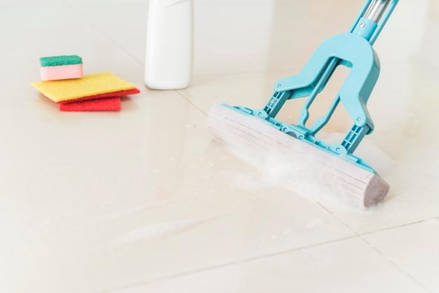 Composição de objetos de limpeza