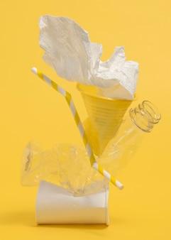 Composição de objetos de plástico não ecológicos
