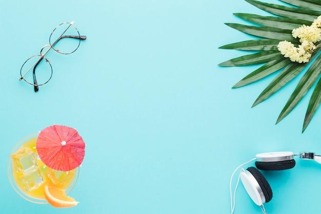 Composição, de, óculos, coquetel, fones, folha, e, flores