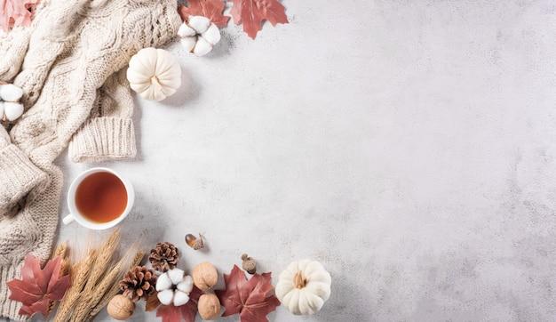 Composição de outono abóbora algodão flores folhas de outono e suéter em pedra