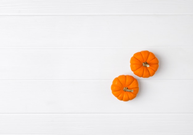 Composição de outono. abóboras em fundo branco de madeira