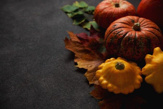 Composição de outono com abóbora e folhas caídas