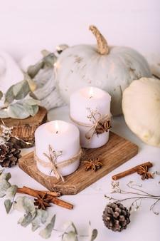 Composição de outono com abóbora e velas linda decoração de outono