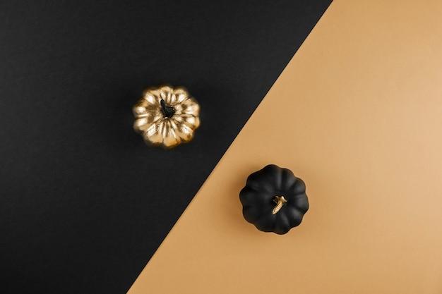 Composição de outono com abóboras douradas e pretas