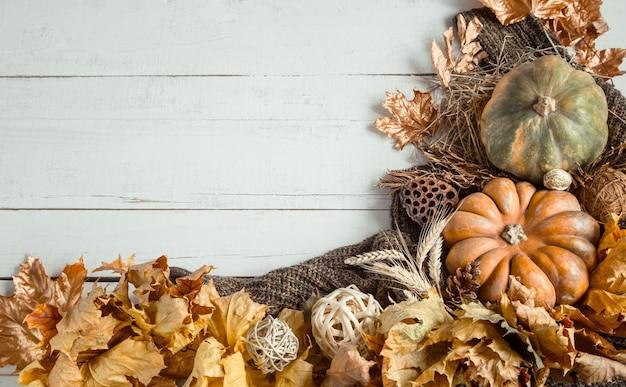 Composição de outono com artigos decorativos e abóboras