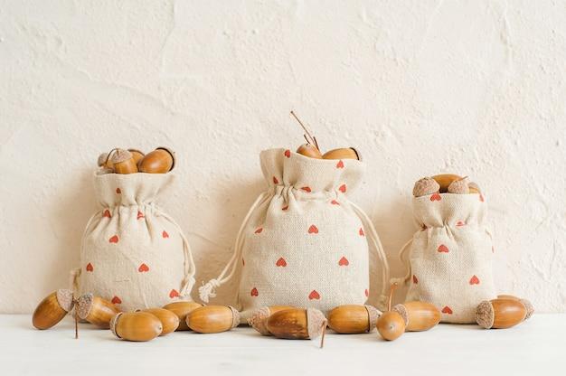Composição de outono com bolotas em sacos de linho. outono, conceito de outono. copie espaço