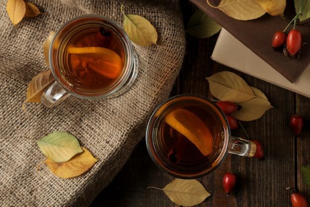 Composição de outono com chá quente e damascos secos em uma mesa de madeira marrom com um lugar para inscrição. vista do topo