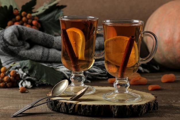 Composição de outono com chá quente e damascos secos em uma mesa de madeira marrom com um lugar para inscrição.