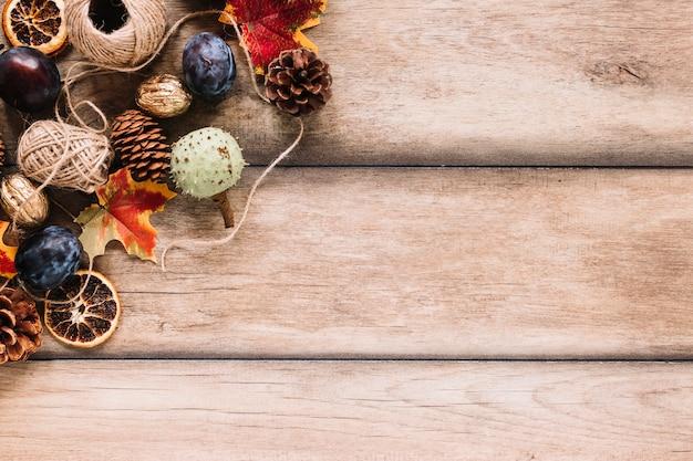 Composição de outono com colheita e clews em fundo de madeira