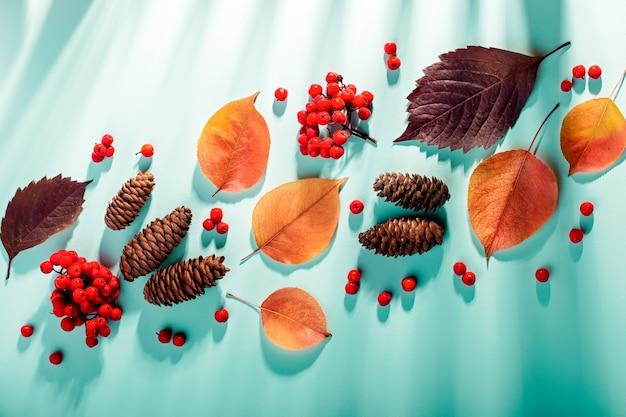 Composição de outono com folhas, abóboras, bagas de sorveira na hortelã