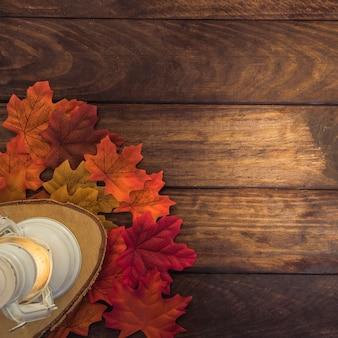 Composição de Outono com folhas e lanterna