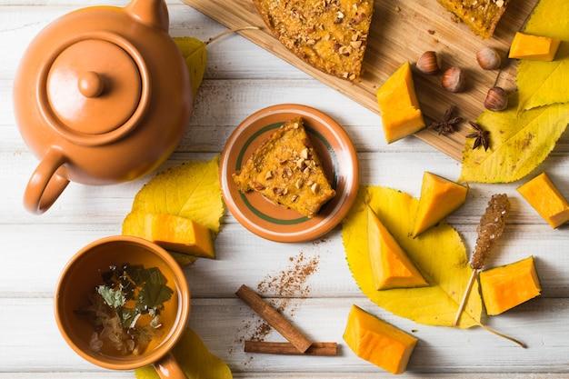 Composição de outono com tarte de abóbora e chá