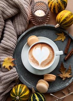 Composição de outono com xícara de café e folhas de outono
