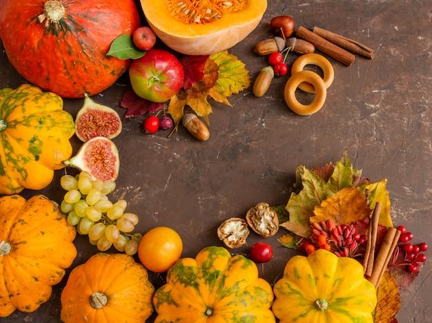 Composição de outono conceito de ação de graças frutas abóbora em um espaço de cópia de fundo marrom