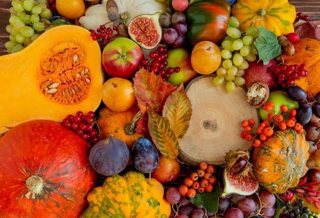 Composição de outono conceito de ação de graças muitos alimentos frutas abóboras espaço de cópia plana leigos