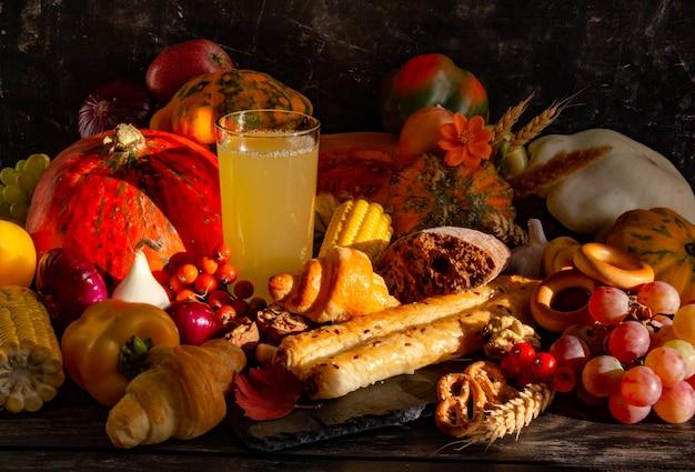 Composição de outono conceito de ação de graças natureza morta com frutas abóbora vegetais