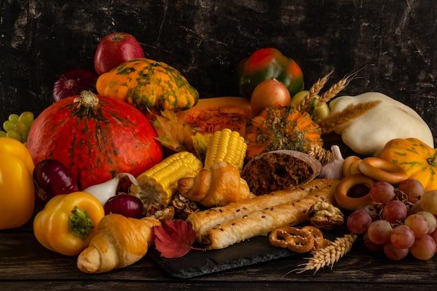 Composição de outono de ação de graças ou conceito de halloween natureza morta com frutas, abóbora e vegetais