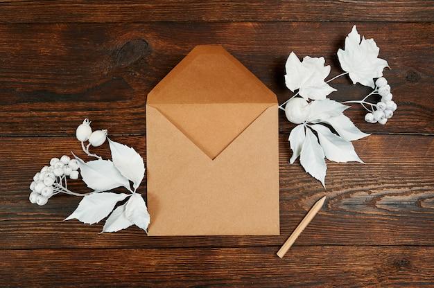 Composição de outono decor com envelope kraft e lápis