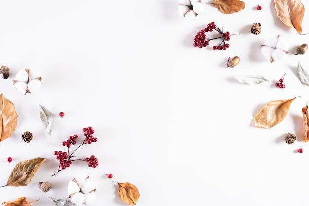 Composição de outono em fundo branco. cópia plana vista leiga, superior.
