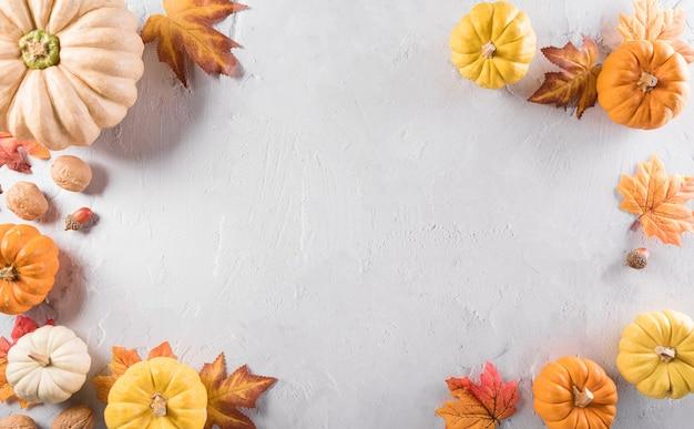 Composição de outono folhas de outono de abóbora e maçã em fundo de pedra